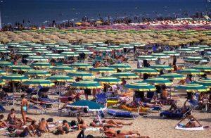 Rimini, fotografava bambine in spiaggia: denunciato presunto pedofilo
