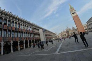 Venezia, vietato dipingere in piazza: cacciato Ken Howard, pittore di Sua Maestà la regina