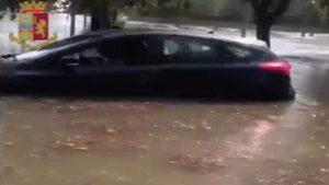 Bomba d'acqua su Grottaglie: polizia salva bimbo nell'auto sommersa dall'acqua VIDEO