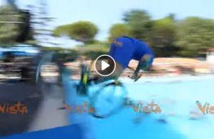 Vittorio Brumotti con la bici da trial in acqua all'Aquafan di Riccione VIDEO