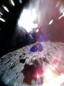 Il rover MINERVA-II-1A ha catturato questa immagine sabato 22 settembre mentre saltava sulla superficie dell'asteroide Ryugu 3