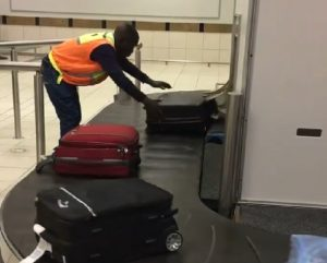 addetto aeroporto valigie