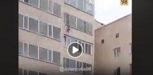 Kazakistan, vicino di casa prende al volo il bimbo caduto dalla finestra