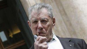 Bossi condannato per vilipendio. Procura firma arresto, poi sospende la pena