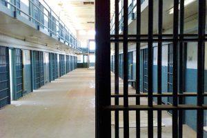 Vigevano, detenuto incendia la cella e poi aggredisce gli agenti al carcere dei Piccolini
