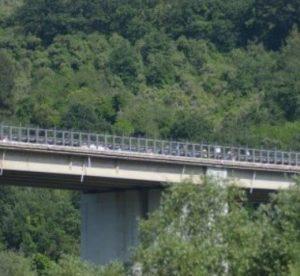 Contursi (Salerno), migranti vedono arrivare la polizia e si gettano dal cavalcavia