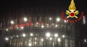 Sesto San Giovanni (Milano), si arrampica per gioco sul tetto del centro commerciale e cade: muore 15enne