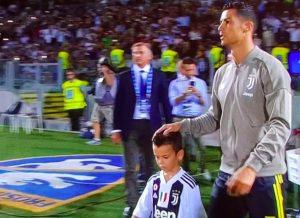 """Cristiano Ronaldo, mano tra i capelli della mascotte: ironia social """"Andava espulso..."""""""