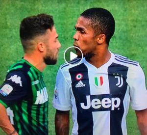 Douglas Costa sputo a Di Francesco in Juventus-Sassuolo, espulso grazie al var