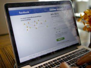 """Scrivono """"fuoco ai profughi"""": condannati a stare sei mesi senza Facebook. E a leggere libri"""