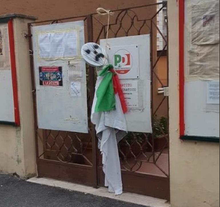 """Roma, fantoccio impiccato davanti la sede del Pd: """"Porci democristiani"""" FOTO"""