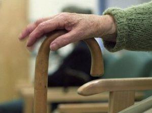 """Taranto, donna di 104 anni operata al femore. In piedi dopo 48 ore: """"Il mio segreto?  Bevo due birre al giorno"""" (foto d'archivio Ansa)"""