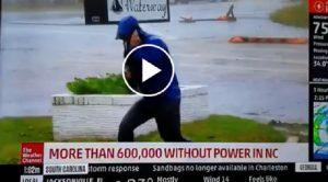Florence reporter lotta col vento