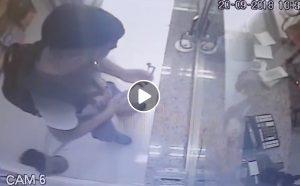 Napoli, ladro con asta per selfie: entra e porta via i soldi VIDEO