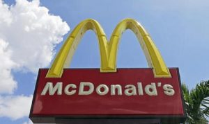 McDonald's, svolta salutista: hamburger senza conservanti (foto Ansa)