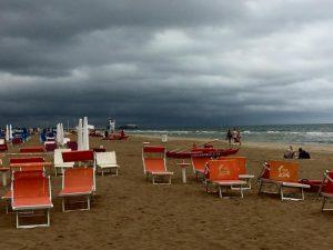 Previsioni meteo, arriva il maltempo: venti di burrasca e allerta gialla in 4 regioni