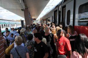 Pendolari, cosa fare quando si è in treno? I 5 consigli di un neuroscienziato (foto Ansa)