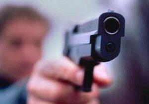 Senigallia, paga il rifornimento in monetine: il benzinaio gli punta pistola in faccia
