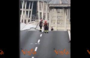 Ponte Morandi, uomo in bilico sul bordo: il salvataggio dei Vigili del fuoco VIDEO