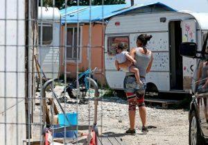 Roma, rom minorenni in fuga dalla polizia su un'auto rubata investono una donna