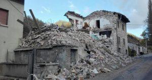 San Ginesio (Macerata), esce per dar da mangiare agli animali, ma si impicca nella casa terremotata