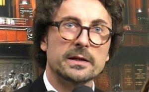 """Toninelli, lapsus su Di Maio: lo chiama """"viceministro"""""""
