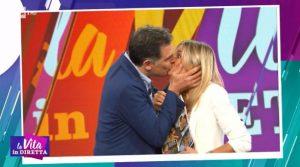 Tiberio Timperi bacia Francesca Fialdini