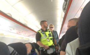 Passeggera fuma sul volo Napoli-Liverpool: fatta scendere dalla polizia VIDEO