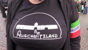 Auschwitzland, perfino per Forza Nuova è troppo: cacciata la militante con la t-shirt della vergogna