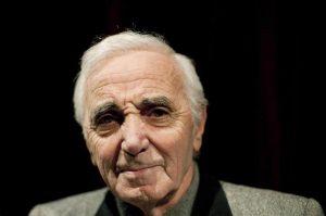 Charles Aznavour è morto: il cantautore francese aveva 94 anni