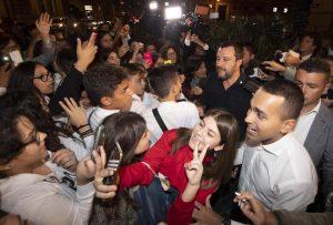 Salvini e Di Maio bagno folla