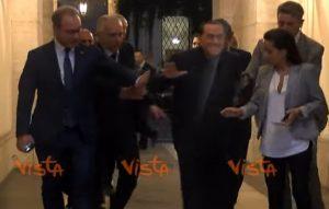 Berlusconi lascia Palazzo Grazioli e inciampa