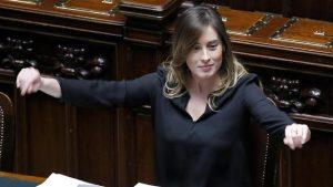 """Cinepanettone, """"Natale a 5 Stelle"""": Martina Stella fa la Boschi"""