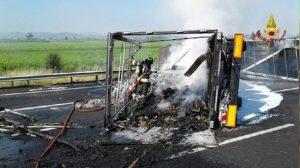 Bologna, camion in fiamme sulla A1: nessun ferito e lunghe code (foto d'archivio Ansa)