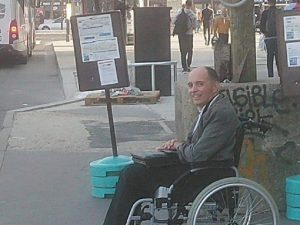 """Parigi, nessuno fa spazio al disabile. L'autista bus sbotta: """"Scendete tutti"""". E fa salire solo lui"""
