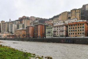 Maltempo Genova, mareggiata investe i binari all'altezza di Nervi: bloccata la circolazione ferroviaria (foto Ansa)