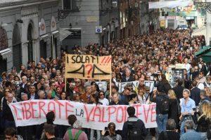"""Genova, la gente per strada: """"Vi diamo un mese e poi blocchiamo la città"""""""