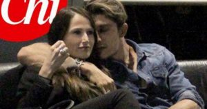 Andrea Iannone abbraccia una donna in discoteca ma è solo un'amica FOTO