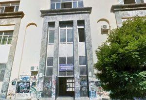 Napoli, al liceo Sannazaro mancano le aule per far lezione: studenti al mare. Preside denunciata