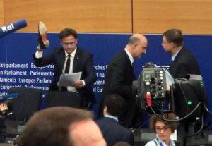 """Pierre Moscovici: """"Ciocca cretino e fascista"""". La replica: """"Sei il piromane dello spread"""""""
