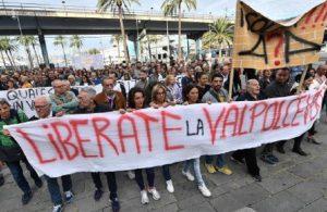 """Genova, la protesta dei cittadini contro Toninelli: """"Non raccontateci musse"""" (foto Ansa)"""