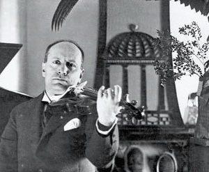 M di Scurati, Galli Della Loggia conta 8 errori, nella foto Mussolini violinista