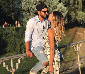 Pietro Barone e Valentina Allegri, l'incontro all'aeroporto di Linate. Lui si presenta con una rosa (foto Instagram)