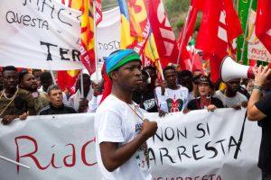 Riace, migranti al sindaco Mimmo Lucano: non vogliamo andare via