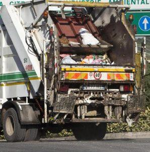 Scandicci camion rifiuti travolge donna