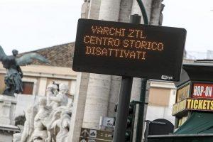 Roma, niente auto nel centro storico la domenica? La Raggi vuole chiudere le Ztl