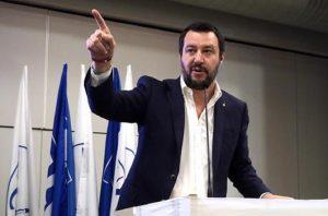 """Migranti scaricati al confine dalla gendarmeria. Salvini: """"Non accettiamo scuse dalla Francia"""""""