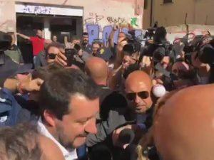 """Desiree. Salvini a San Lorenzo: """"Vattene, sciacallo"""" e il ministro rinuncia a visitare lo stabile dove è morta"""