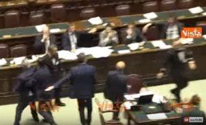 Camera, scontro in aula tra PD e Fratelli d'Italia, i deputati vengono quasi alle mani VIDEO