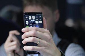 """Sree Sreenivasan, il guru dei social: """"Ecco le regole per combattere la dipendenza da smartphone"""" (foto Ansa)"""